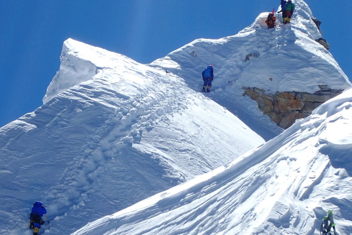 Manaslu Gipfelpyramide mit Bergsteigern, on the final summit pyramid, marin minamiya photo | © SummitClimb - Daniel Mazur