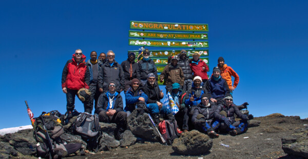 Kilimandscharo Gipfel - Kilimanjaro Summit - Team (c) SummitClimb