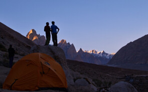 Trango Türme, zwei Bergsteiger, Paiju Camp - Baltoro, SummitClimb Broad Peak Expedition (c) Felix Berg
