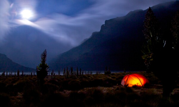 Mount Kenya Camp in der Chogoria Schlucht in der Nacht bei Vollmond (Photo: SummitClimb & Felix Berg)