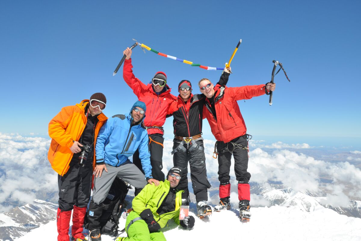Elbrus Besteigung - am Gipfel mit Ski - SummitClimb Team | © Julian Beermann (c) SummitClimb